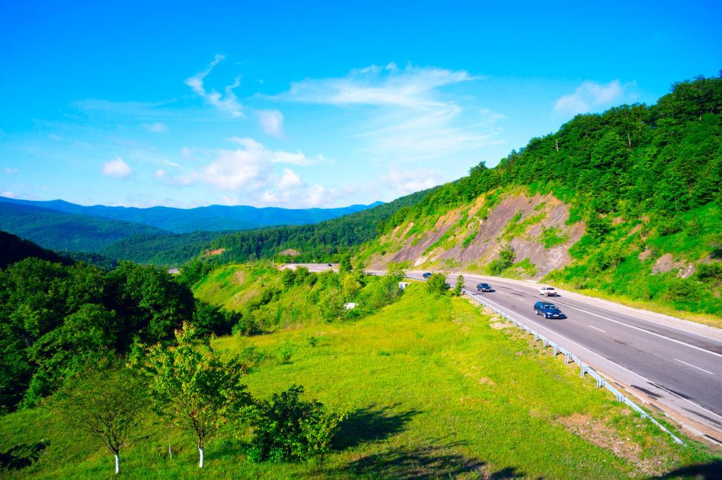 Горная дорога на Горячеключевском перевале главного Кавказского хребта (М-4)